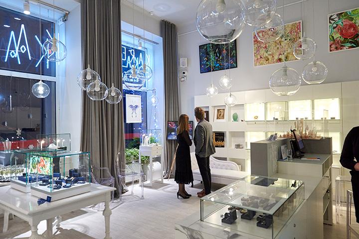Artystka Bożka Rydlewska opowiada oswojej twórczość wsalonie biżuterii ekskluzywnej KAREA Gemstone Space.