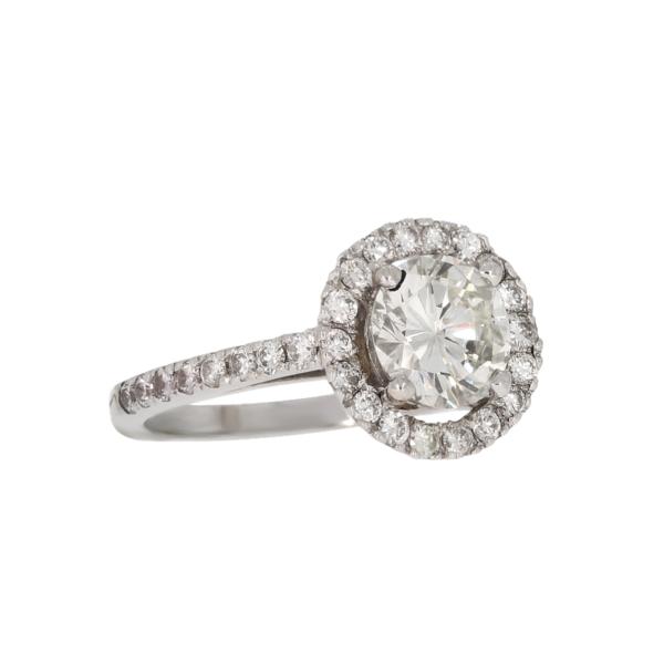 Współczeny pierścionek z białego złota z brylantem