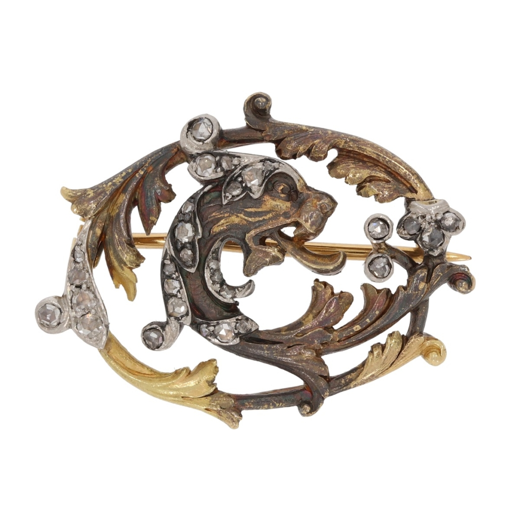 Secesyjna brosza ornamentalnie przetwarzająca liście akantu, wktóre wpisana jest głowa smoka, koniec XIX wieku; zwierzęta