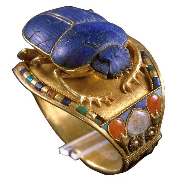 Bransoleta zmotywem skarabeusza znaleziona wgrobowcu Tutanchamona, 1332-1323 p.n.e.; zwierzęta