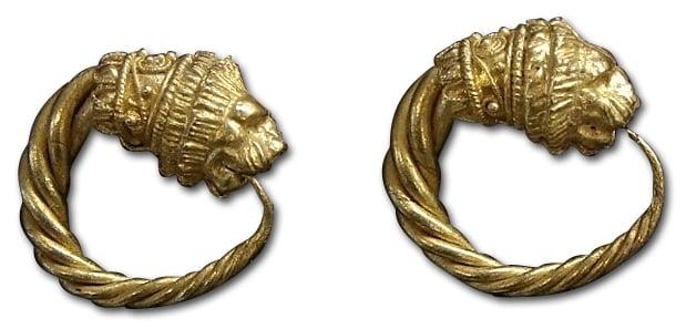 Gallo-rzymskie kolczyki wformie realistycznie oddanych głów lwów, ok. VII-I wiek p.n.e.; zwierzęta