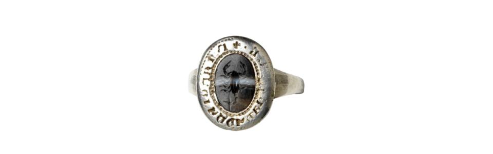 Pierścień zintagliowanym skorpionem, XV wiek; zwierzęta