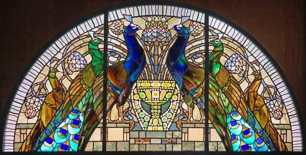 Umberto Bottazzi, motyw pawi wykorzystany wsztuce witrażu - najbardziej reprezentacyjnym medium Art Nouveau; XIX/XX wiek; zwierzęta